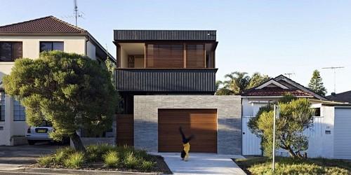 บ้านสวยหรูเป็นส่วนตัว ด้วยผนังไม้ระแนงเลื่อนได้ จากซิดนีย์ วันนี้นำเอาบ้านในประเทศออสเตรเลียมาอวดอีกแล้วค่ะ สาเหตุที่นำบ้านจากประเทศนี้มาให้ชมกันบ่อย ๆ เพราะรูปลักษณ์ของบ้านมีความสวยงาม แล้วยังเป็นแบบบ้านที่สามารถปรับแต่งให้เข้ากับอากาศในประเทศไทยได้ง่ายกว่าแบบบ้านจากประเทศอื่น ๆ ค่ะ ไอเดียการตกแต่งบ้านหลังนี้ก็น่าจะเป็นอีกเทคนิคที่ดีในการหยิบยกมาตกแต่งบ้านของคุณผู้อ่านนะคะ จะเป็นอย่างไร เดี๋ยวเราตามมาดูกันค่ะ  บ้านสองชั้นหลังนี้อยู่ในซิดนีย์ค่ะ ออกแบบโดย Andrew Burges Architects ตามความต้องการของเจ้าของบ้านที่อยากให้บ้านอยู่ได้สบายมีความปลอดโปร่ง ระบายอากาศได้ดี เหมาะสมกับการใช้ชีวิตในเมือง ในขณะที่ก็ต้องการความเป็นส่วนตัวมาก ๆ ด้วย ไอเดียจึงปรากฏออกมาเป็นผนังระแนงไม้ที่เลื่อนได้บนผนังชั้นสอง ซึ่งอันที่จริงจะเรียกว่าเป็นหน้าต่างบานเลื่อนก็ได้ เพราะมีขนาดแค่ครึ่งความสูงเท่านั้น แต่ก็มีขนาดกว้างมาก เมื่อเลื่อนเปิดออกจะสามารถรับลมดี...