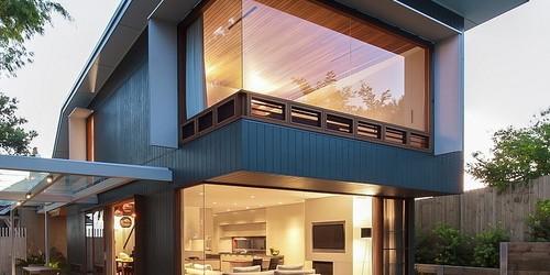Coogee House บ้านสไตล์โมเดิร์น พร้อมซุ้มกระจกใสในสวนสวย จากออสเตรเลีย บ้านสองชั้นสไตล์โมเดิร์นที่จะนำมาให้คุณผู้อ่านได้แอบขโมยไอเดียไปฝันกันต่อนั้น มาจากออสเตรเลียอีกแล้วค่ะ ดีไซน์ออกแบบได้สมดุลกันดีทั้งความสวยงามและความสงบร่มเย็นในบ้าน อยู่ในแถบชานเมืองฝั่งตะวันออกของซิดนีย์ มีชื่อว่า Coogee House ค่ะ ซึ่งเป็นผลงานการออกแบบของ Kibble Denton Architects ที่ได้ออกแบบให้บ้านหลังนี้ได้รับความร่มรื่นชุ่มชื่นอย่างเต็มที่จากสวนรอบบ้านและจากสภาพแวดล้อม เรามาดูกันดีกว่าค่ะว่าบ้านหลังนี้สวยขนาดไหน ตัวบ้านหลังนี้เป็นบ้านสองชั้นค่ะ มีโครงสร้างเป็นคอนกรีตเสริมเหล็ก ภายในบ้านมีทั้งสนามหญ้า บ่อเลี้ยงปลาและสวนสวยงาม โดดเด่นสุด ๆ ด้วยการตกแต่งบ้านที่ทันสมัย ภายนอกตกแต่งด้วยไม้หลายรูปแบบเพิ่มความหรูหราให้กับบ้าน หน้าต่างเป็นกระจกใสทั้งชั้นบนและชั้นล่างด้วย ไม่เพียงเท่านั้น ส่วนที่จุดที่โดดเด่นของบ้านอีกแห่งก็คือส่วนของซุ้มกระจกใสในสวนค่ะ...