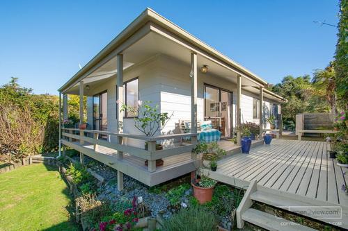 บ้านไม้เฌอร่าสีเขียวกากี พร้อมระเบียงหน้าบ้านน่านอน