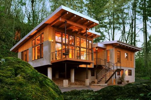 Transom Windows A Useful Design Element: บ้านโมเดิร์น ยกพื้นสูง แต่งไม้อบอุ่น