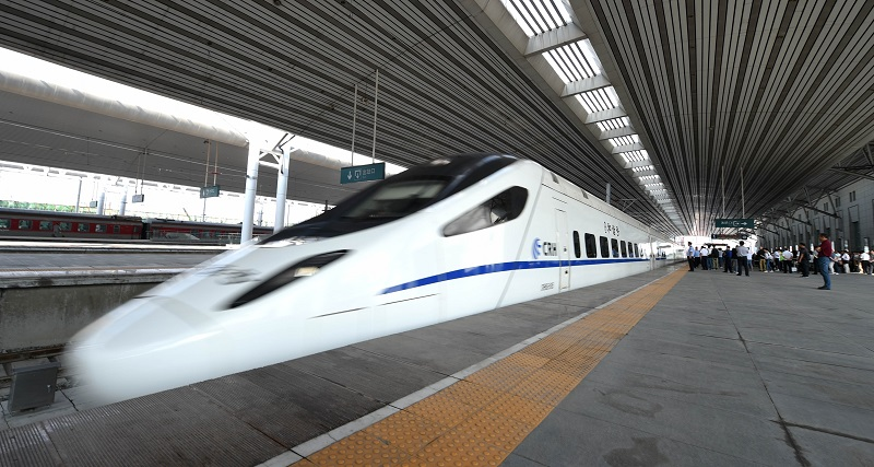 (150901) -- SHENYANG, Sept. 1, 2015 (Xinhua) -- A high-speed train arrives at the Dandong Railway Station in Dandong, northeast China's Liaoning Province, Sept. 1, 2015.  The 208-kilometer-long high-speed railway linking Shenyang and Dandong began operation on Tuesday.  (Xinhua/Yao Jianfeng) (zwx)